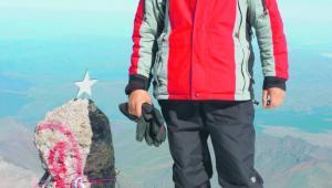Pasje kontrolerów często również sięgają nieba. Maciej Czubek, kontroler warszawskiego zbliżania, na szczycie Elbrusa (IX 2010 r.)