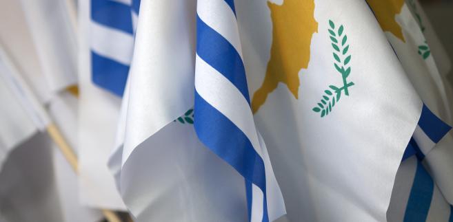 Flagi Grecji i Cypru. Nikozja, Cypr, 19.03.2013