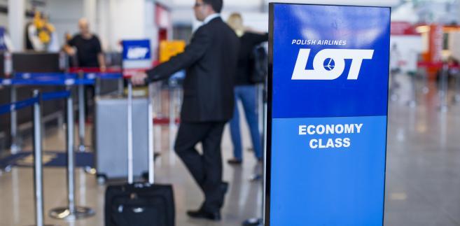 Stanowisko check-in polskiego przewoźnika PLL LOT na warszawskim lotnisku Okęcie. 1