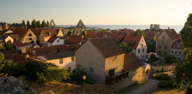Największym miastem położonej na Bałtyku Gotlandii jest Visby. Na zdj. widok na stare miasto w Visby. Szwecja