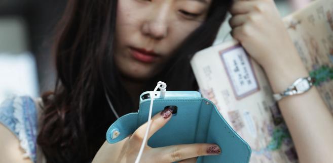 Kobieta używa telefonu Samsung. Seul, Korea Południowa.