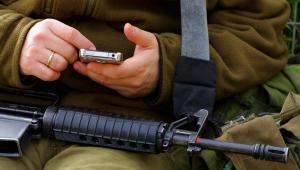 broń-żołnierz-telefon