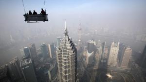 Widok na Szanghaj z najwyższych pięter budynku Shanghai World Financial Center