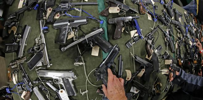 Różnego rodzaju pistolety wystawione na sprzedaż podczas targów broni Rocky Mountain Gun Show w miejscowości Sandy w stanie Utah w USA. Na początku stycznia tego roku prezydent Barack Obama wraz z wiceprezydentem Joe Bidenem wezwali Kongres do ograniczenia prawa do posiadania broni w Stanach Zjednoczonych. Fot. George Frey, Bloomberg's Best Photos 2013.