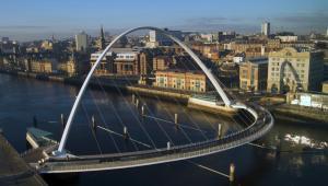 Newcastle upon Tyne, widok na most dla pieszych i rowerzystów Gateshead Millennium Bridge
