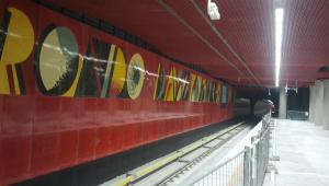 Peron stacji metra Rondo Daszyńskiego z grafikami autorstwa Wojciecha Fangora