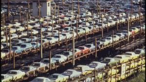 Nowe samochody czekające na transport kolejowy. Detroit, 1973 r.