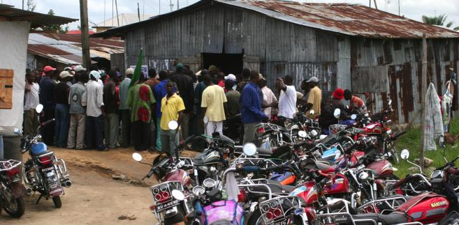 Grupa lokalnych robotników spotyka się w mieście Bonny na wyspie Bonny. Wyspa Bonny jest położona w delcie rzeki Niger, gości wiele światowych firm naftowych.