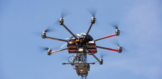 Dron może latać samodzielnie wedłu zaprogramowanej trajektorii