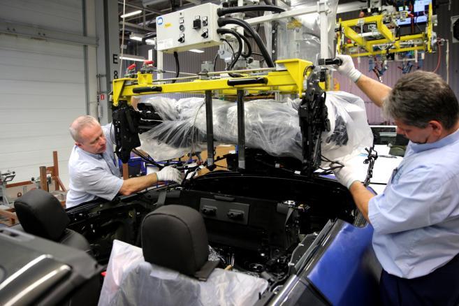 Linia produkcyjna Buick Cascada w fabryce Opla w Gliwicach (mr) PAP/Andrzej Grygiel