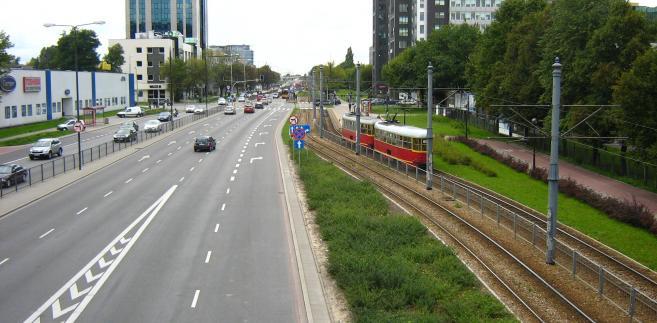 Ulica Marynarska w Warszawie. W głębi skrzyżowanie z ul. Postępu. Autor: Panek, CC BY 3.0