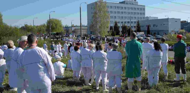 """Ewakuowani pracownicy zakładu. W olsztyńskim zakładzie """"Indykpol"""" doszło, 6 bm. rano do rozszczelnienia instalacji z amoniakiem, w wyniku czego 27. osób zostało poszkodowanych. Wszyscy pracownicy zakładu zostali ewakuowani. (tw/cat) PAP/Tomasz Waszczuk"""