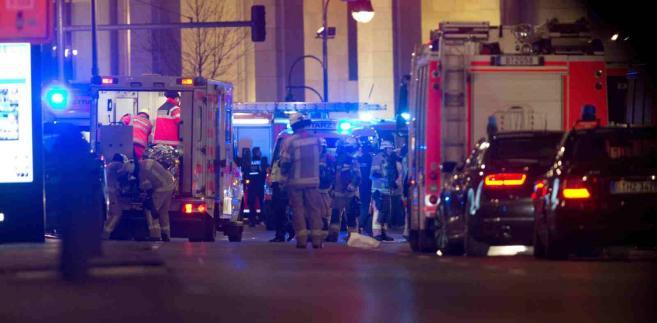 Ciężarówka wjechała w tłum na jarmarku świątecznym w Berlinie EPA/PAUL ZINKEN Dostawca: PAP/EPA.