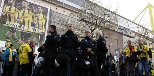 Patrol policji przed stadionem Borussi w Dortmundzie