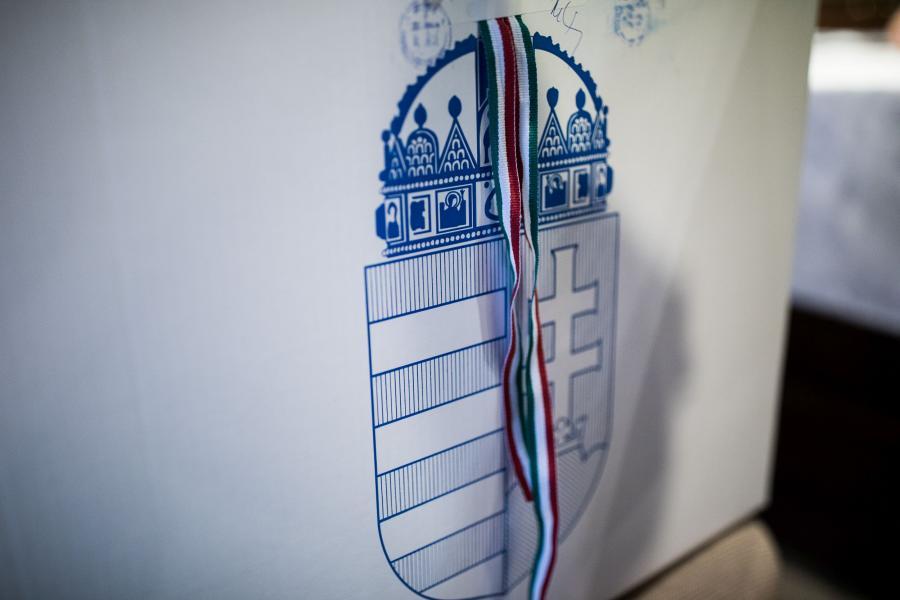 Herb Węgier na jednej z urn wyborczych, Budapeszt, 8.04.2018