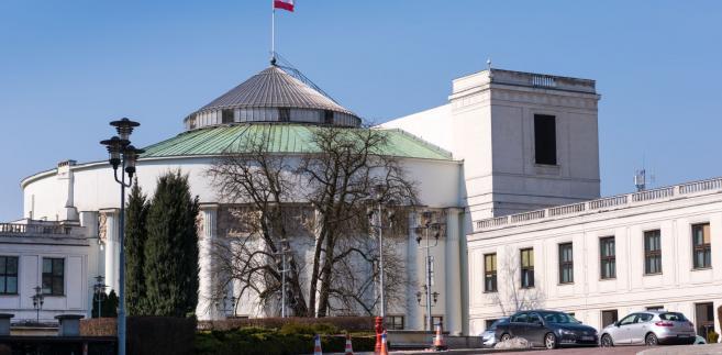"""""""Boją się, że Trybunał Sprawiedliwości zatrzyma czystkę"""". Komisja poparła projekt noweli..."""