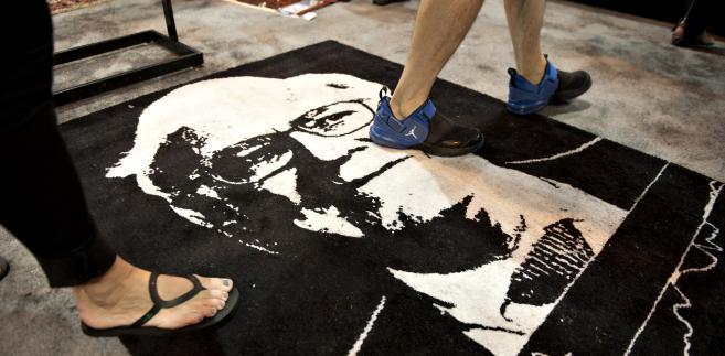 Uczestnicy zjazdu akcjonariuszy Berkshire Hathaway chodzą po dywanie z podobizną Warrena Buffeta. Na tegorocznej impresie gościło ponad 40 tysięcy osób.