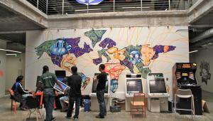 Obecna siedziba Facebooka we wschodniej części kampusu w Menlo Park, Kalifornia. Na ścianie znajduje się graffiti wykonane przez pracowników z pomocą zewnętrznych artystów.