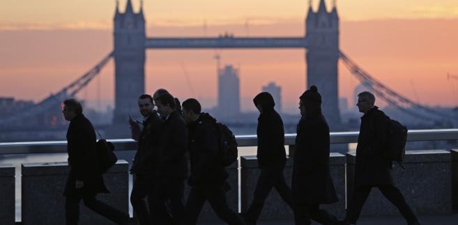 Przechodnie na London Bridge, w tle Tower Bridge