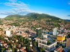 4. miejsce - Sarajewo – podnosi się do życia po trudnej przeszłości. Położne pośród gór miasto zachwyca turystów swoim pięknym starym miastem, które harmonijnie współgra z nowoczesnym centrum. Dzienny koszt pobytu w Sarajewie powinien zamknąć się w kwocie 25,74 USD.