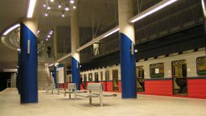 Pociąg metra warszawskiego serii 81 produkcji rosyjskiej, fot. Wikimedia, autor: Ania0ania