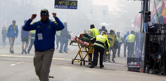 Ratownicy pomagają rannym po zamachu w Bostonie