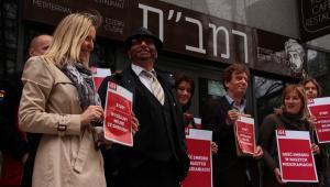 Uczestnicy protestu przeciwko funkcjonowaniu uciążliwej dla mieszkańców restauracji Rambam przy ul. Grzybowskiej 4. Drugi od lewej - Lejb Fogelman.