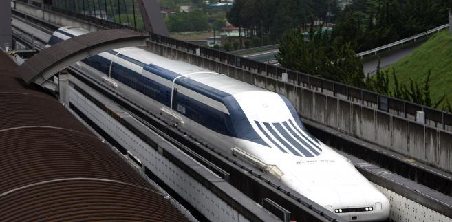 Japoński superszybki pociąg magnetyczny Maglev na torze w prefekturze w Yamanashi.