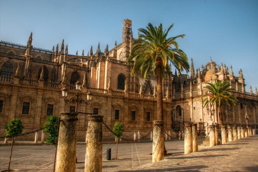 Katedra Najświętszej Marii Panny w Sewilli - gotycka katedra, powstała w Sewilli w miejscu meczetu zbudowanego przez muzułmańską dynastię Almohadów. Katedra jest największym i jednym z najwspanialszych kościołów gotyckich na świecie.