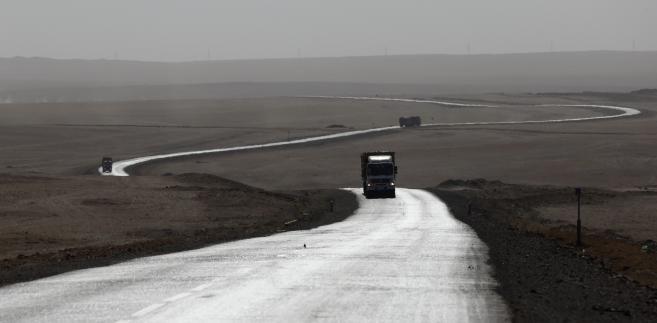 Ciężarówki przewożące węgiel na drodze w South Gobi prowadzącej do granicy Mongolii z Chinami.