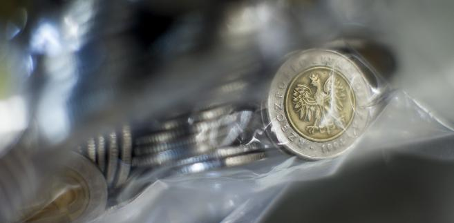 Foliowa torba wypełniona monetami pięciozłotowymi.