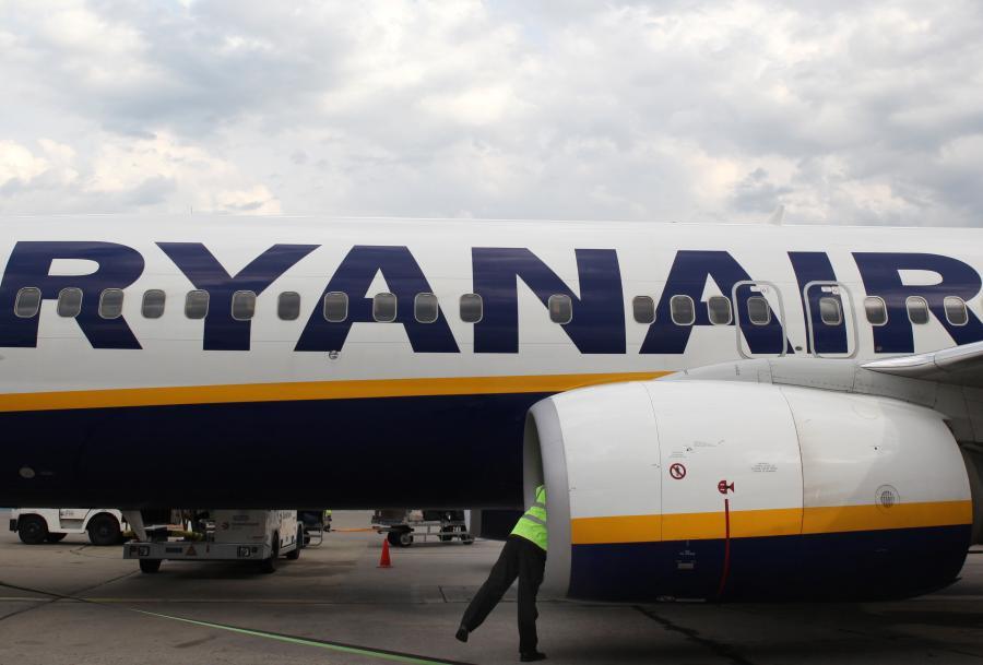 Ryanair to obecnie jedna z najtańszych linii lotnicznych na świecie, najwięcej pieniędzy zarabiają na dodatkowych opłatach w samolotach