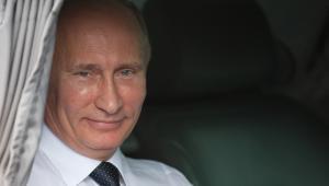 Putin wygląda zza zasłonki w limuzynie