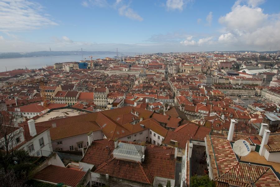 Widok na stolicę Portugalii Lizbonę. Centrum miasta Lizbona z Zamku Sao Jorge. Fot. Bloomberg