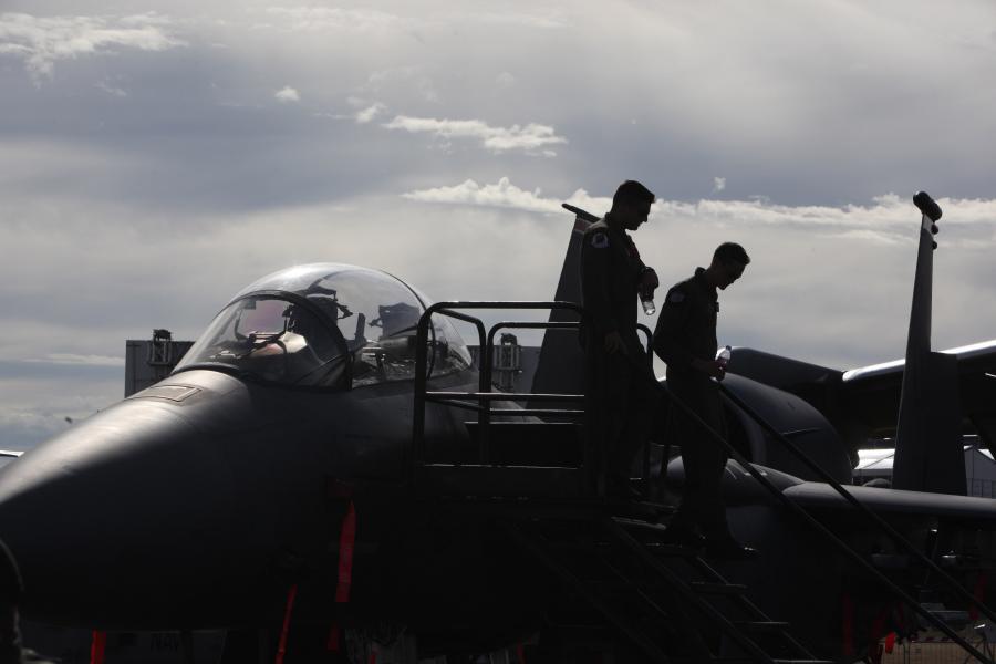 Piloci wychodzą z myśliwca odrzutowego F/A-18 E/F Super Hornet wyprodukowanego przez koncern Boeing podczas pierwszego dnia Farnborough International Airshow, fot. Chris Ratcliffe/Bloomberg