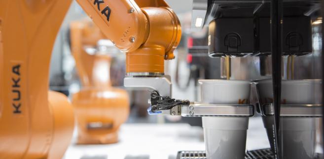 Robot przemysłowy Kuka w czasie targów Automatica w Monachium, 21.06.2016
