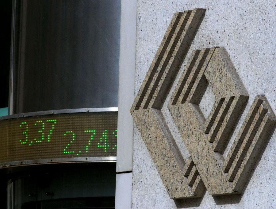 Logo GPW na budynku giełdy w Warszawie