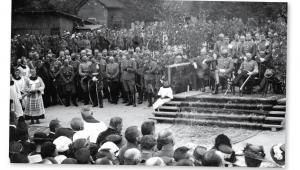 Józef Piłsudski podczas mszy po zajęciu Wilna przez Wojsko Polskie. Na lewo od niego siedzi gen. Edward Śmigły-Rydz, Kwiecień 1919 r. fot. mat. prasowe