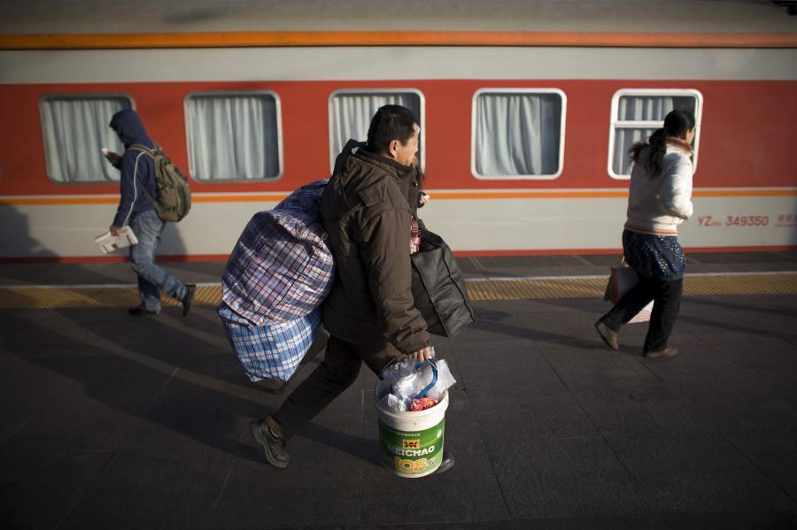 Chińscy robotnicy wracają na wieś. Fot. Bloomberg