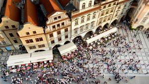 Stare Miasto w Pradze i tłumy turystów, Czechy