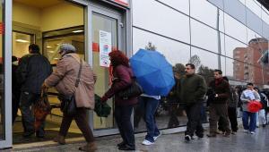 Kolejka bezrobotnych przed urzędem pracy w Madrycie