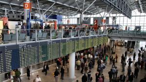 Wnętrze terminalu Portu Lotniczego im. Fryderyka Chopina na warszawskim Okęciu, fot. Tupungato / Shutterstock.com