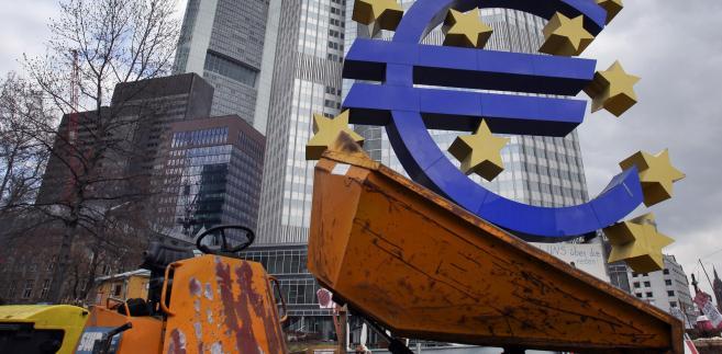 Symbol euro przed siedzibą Europejskiego Banku Centralnego