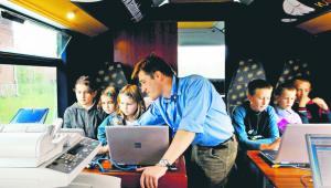 Nie zmuszam dzieci do nauki. Tak je moje wynalazki zainteresowały, że garną się do niej same – mówi nauczyciel angielskiego Łukasz Rumiński Bogdan Krezel/Przekroj/Visavis.pl/Forum